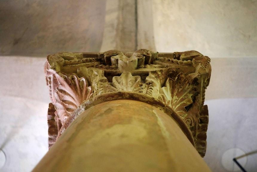 Restauriertes Säulenkapitell – Zum Vorschein kam ein zartes Rosa