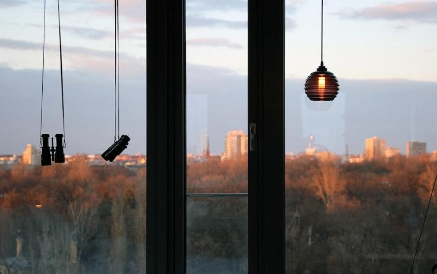 Zimmer mit Aussicht auf das Affenhaus und die Vogelvolieren