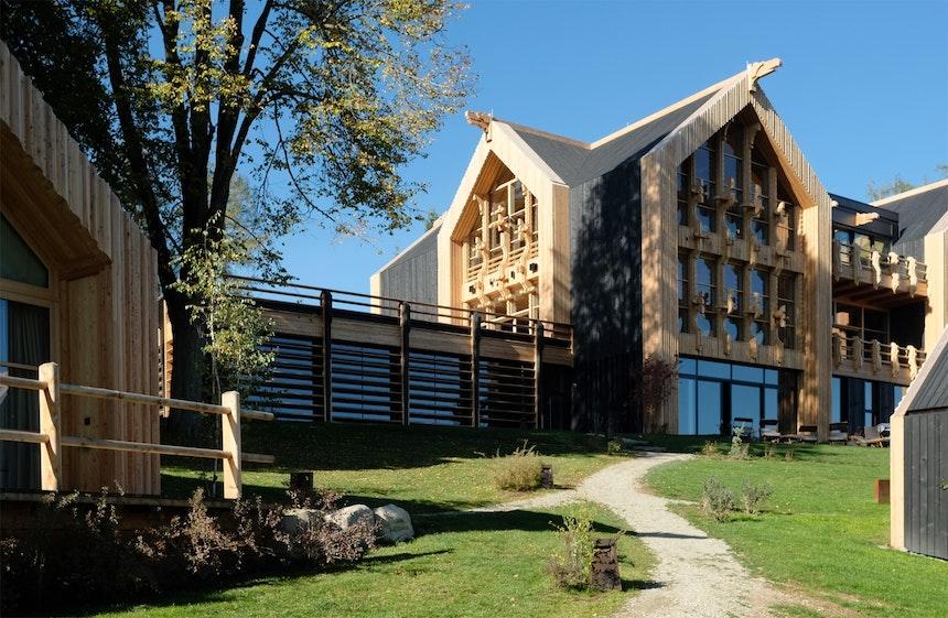 Im Haupthaus mit seinen großen Terrassen und Balkonen befinden sich Lounge, Bar, Restaurant, Spa und Gym