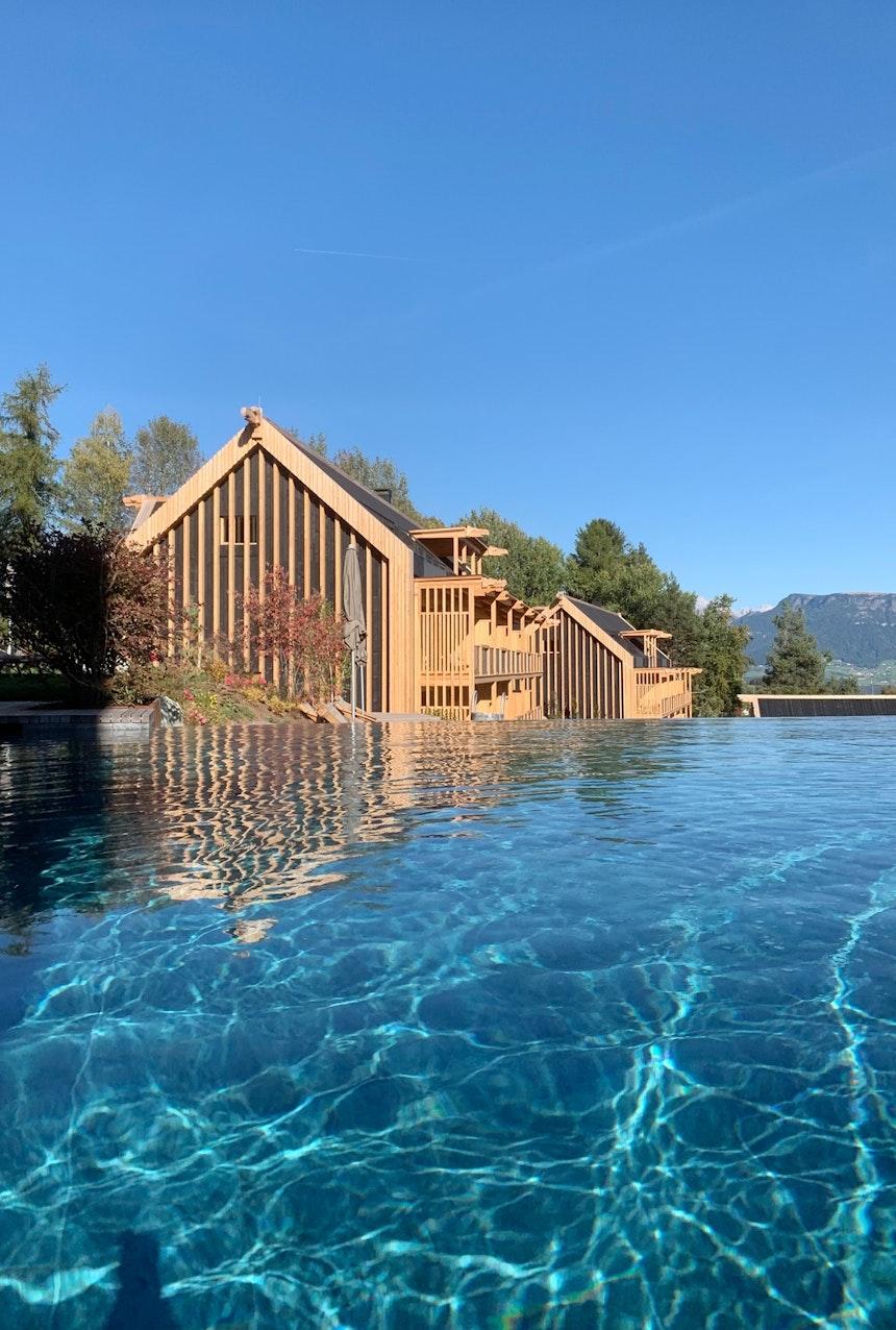 Zwei mal Blau – Wasser und Himmel – Im Hintergrund die Junior- und Family Suiten der ADLER Lodge