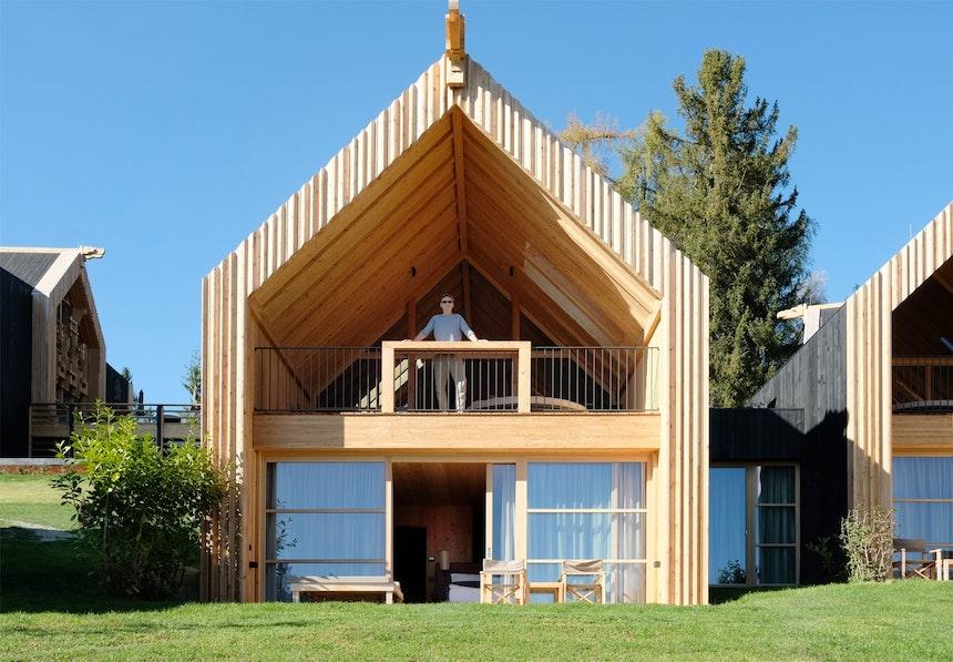 Die steile Dachkonstruktion der 20 aus Südtiroler Lärche gebauten Chalets ist eine moderne Neuinterpretation der traditionellen Architektur auf dem Ritten