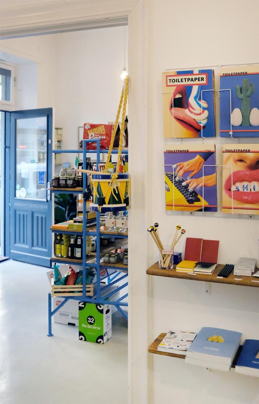 Toiletpaper Magazin (Maurizio Cattelan & Pierpaolo Ferrari), italienische Schreibwaren und was zum Spielen gibt es auch
