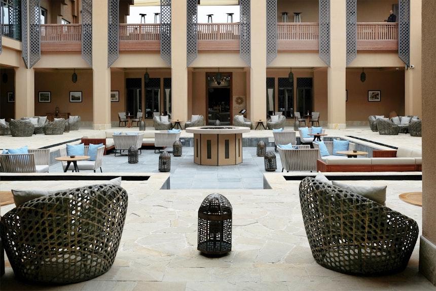 Rund um den großzügigen Innenhof des Hauptgebäudes reihen sich der Coffee Shop Al Baha, das Restaurant Al Qalaaj, ein Souvenirladen und eine Boutique – In den Obergeschossen befinden sich das Restaurant Al Maisan und die Bar Al Burj