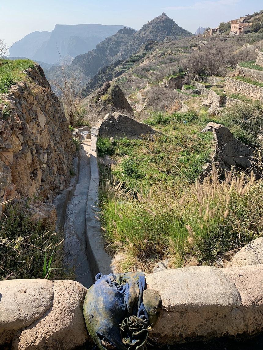 Die terrassierten Felder und Gärten an den Berghängen werden durch ein spezielles, Jahrhunderte altes Bewässerungssystem, den Falaj (Faladsch), bewirtschaftet
