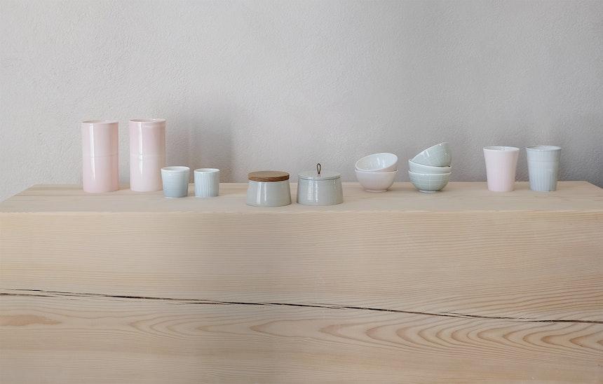 Well displayed – Porzellanserie in Pastell auf einer (Sitz)Bank aus heimischem Holz (Konrad Lipp)