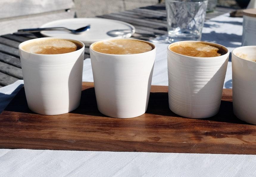 Feine  Tassen – außen Biskuitporzellan, innen glasiert und am Boden abgerundet, damit der Kaffee perfekt einfließen kann