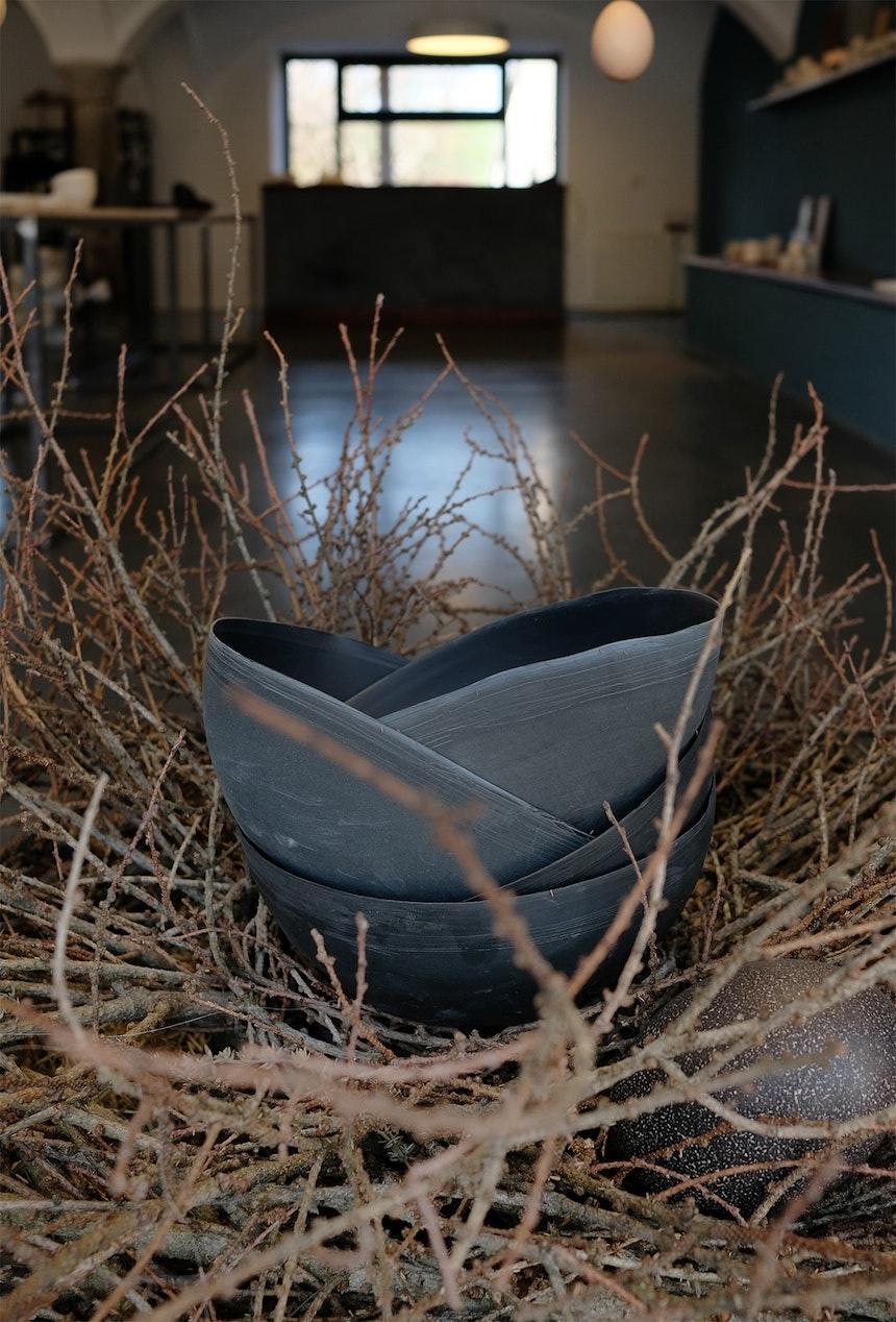 Österlich im dekorativen Nest – Lampenschirme aus schwarzem Porzellan
