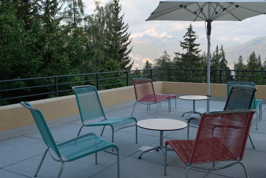 Panorama-Terrasse mit Schweizer Design-Klassikern von Embru: Altorfer Lounge Stühle und Tische von Max Ernst Haefeli