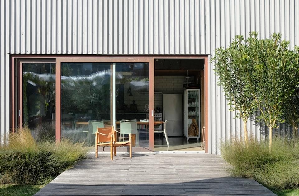 Fassade im neuseeländischen Wellblech-Look, Schiebetüren mit Dreifachverglasung, made in Germany