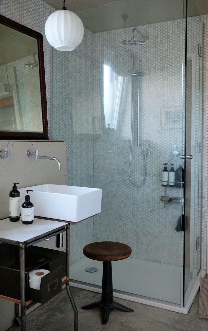 Selbst gebaute Barmöbel, feine Pflegeprodukte von Glow Lab, Mosaikfliesen und Trockenbauplatten