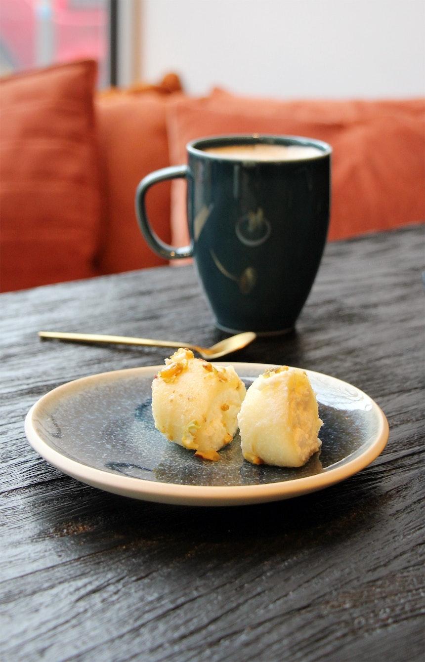 Süßspeise auf dem Teller Aquamarine aus der Kollektion Junto (Rosenthal)