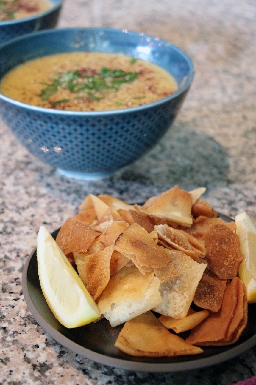 Vegane Linsensuppe, dazu Fatush – frittiertes Brot