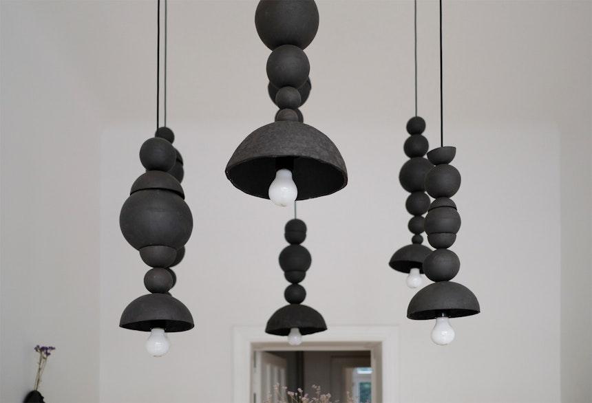 Handgemacht aus schwarzem Ton – Die Circc Modul-Pendelleuchte im IAAI-Showroom besteht aus 64 Einzelteilen