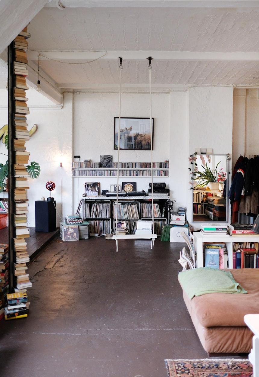 Schaukel, Plattensammlung & der von Vince gebaute Bücherturm