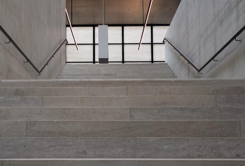 Naturstein & Beton, Treppe vom Mezzanin- zum Hauptgeschoss