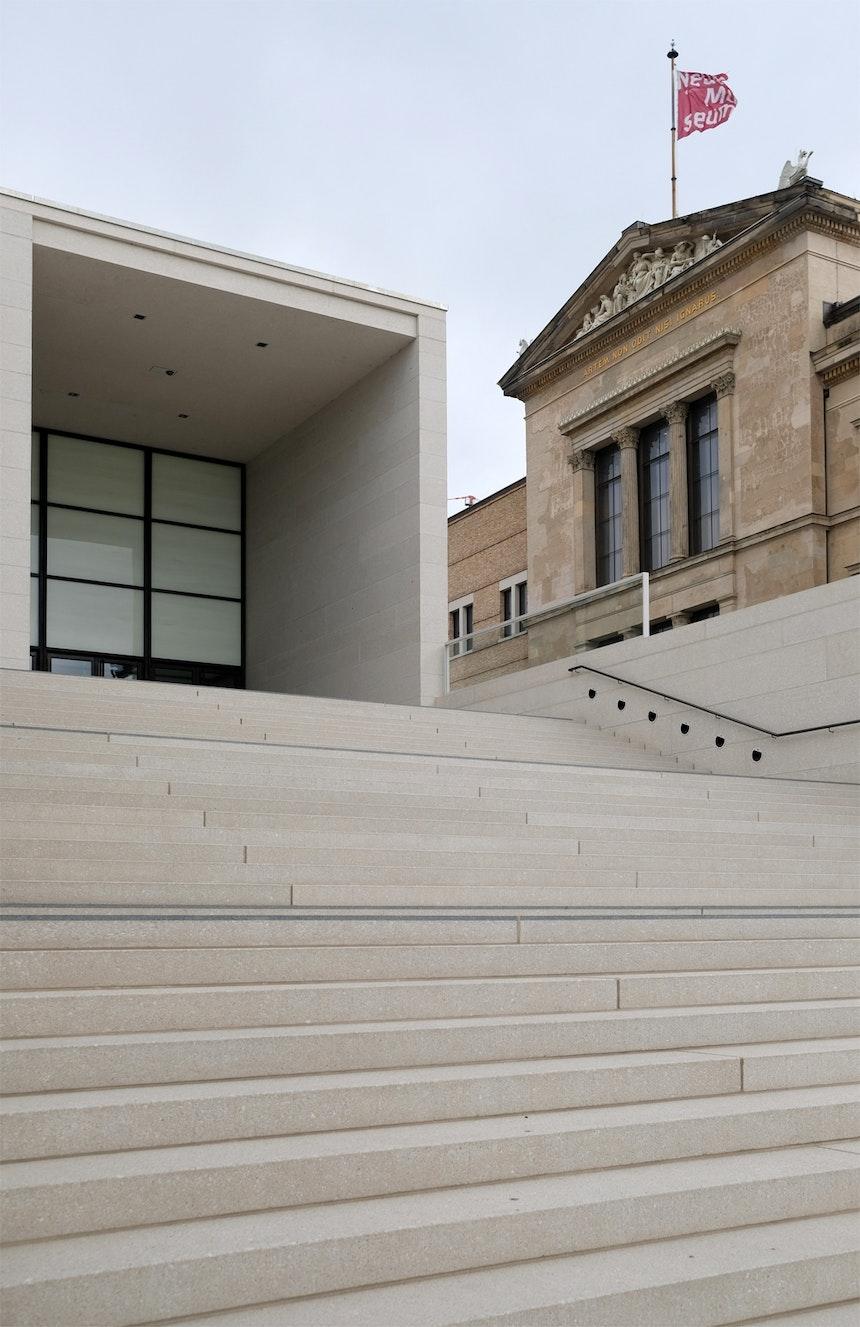 Die Freitreppe zum Foyer, Info- und Kassenbereich und direktem Anschluss an das Pergamonmuseum