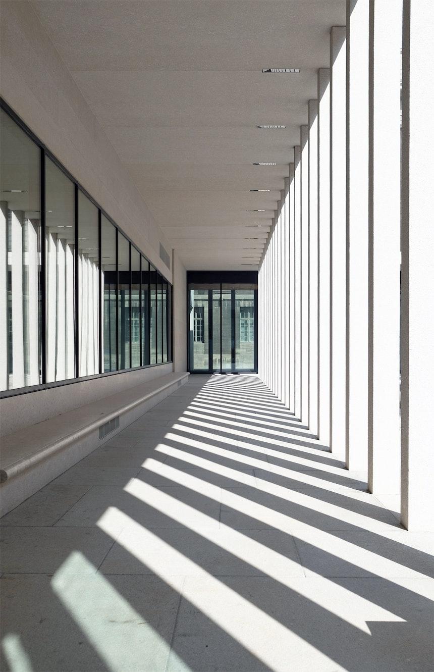 Licht & Schatten im Kolonnadenhof zwischen Neuem Museum und James-Simon-Galerie