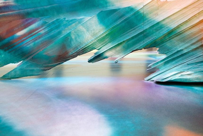 Farbverläufe auf dem Boden und auf dem Objekt verschmelzen zu einem großen Gemälde