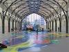 Aufgehobene Museumsordung – Katharina Grosse »malt sich«, wie sie selber sagt, »aus der ehemaligen Bahnhofshalle bis hinaus ins Freie« und integriert dabei Böden, Wände und Gegenstände