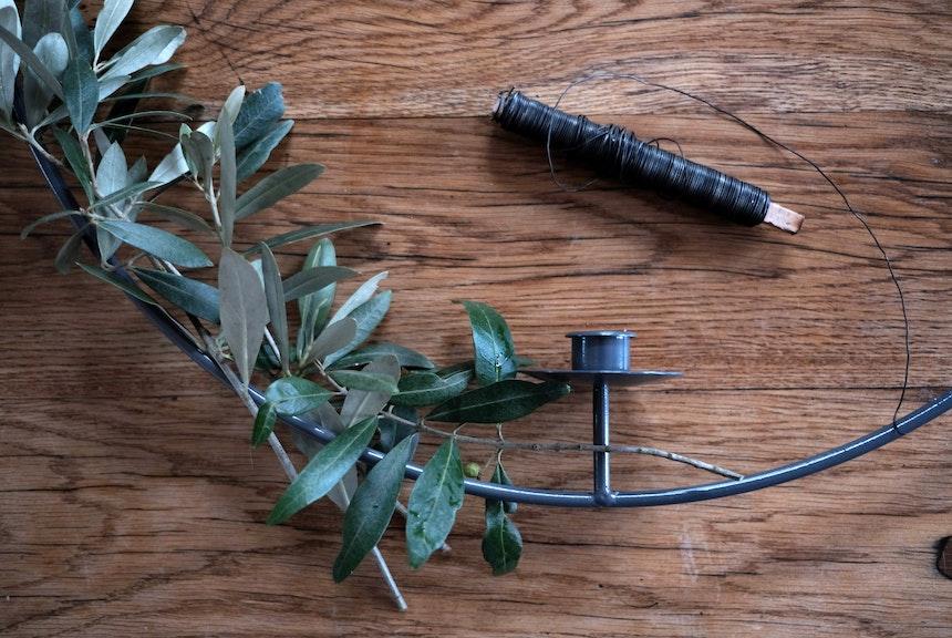 Zweige anordnen und mit Blumendraht umwickeln
