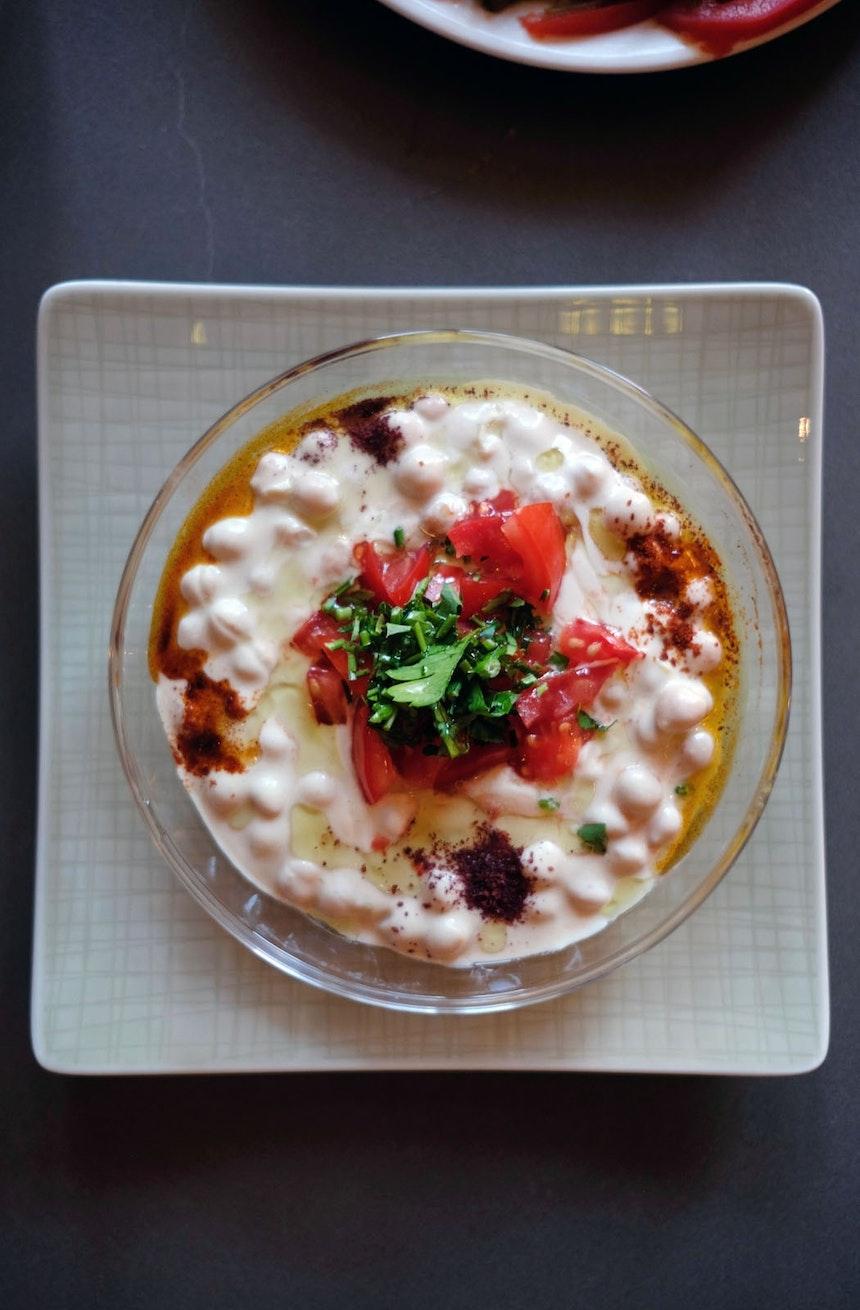 Humus Bzet: Kichererbsen, Petersilie, Tomaten, Knoblauch Tahin & Zitrone, Geschirr von Rosenthal