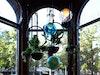 One World. Installation im Erkerfenster: Weltkugel, Leuchten von Bocci, Blumenampeln von Atelier Haussmann