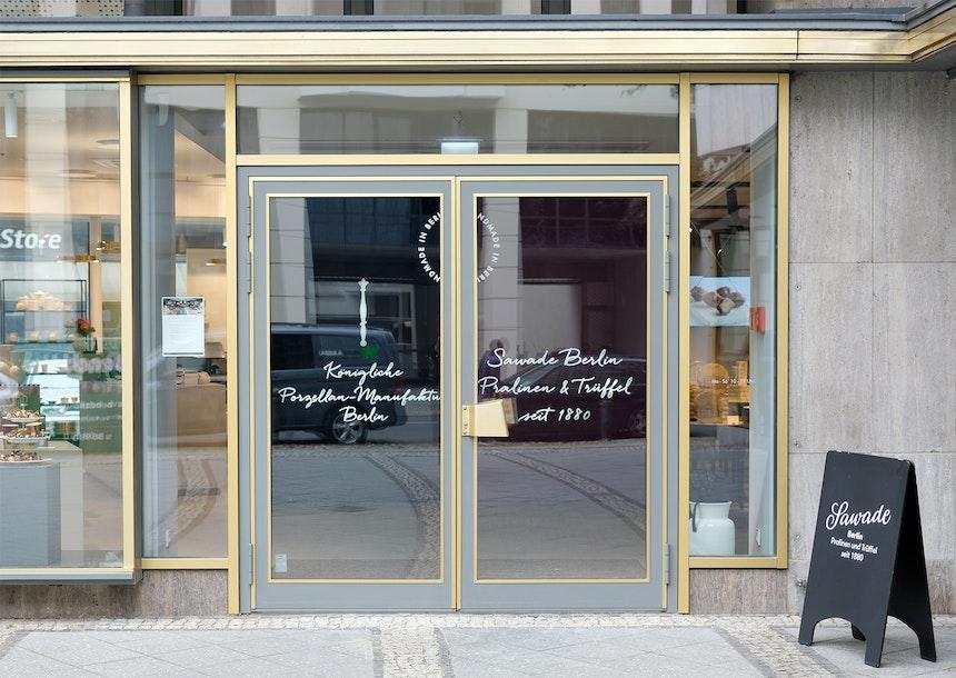 Den vorgebauten Pavillon teilen sich drei Berliner Manufakturen – die Königliche Porzellan-Manufaktur & Sawade, Pralinen & Trüffel seit 1880 und Einstein Kaffee
