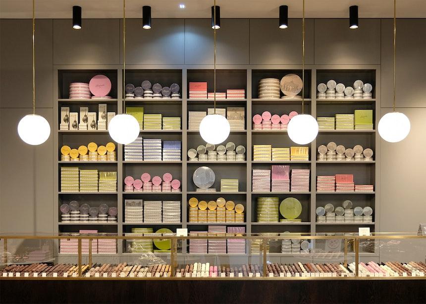 Edles Store Design von Sawade mit einer über fünf Meter breiten Vitrine, gefüllt mit köstlichen Trüffeln und Pralinen