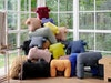 In Hedwig Bouleys Wintergarten grüßen die LPJ Monster Lisa, Paul und Joseph – aus Wollresten in Deutschland gefertigt und perfekte Freunde zum Anlehnen, Sitzen oder Spielen