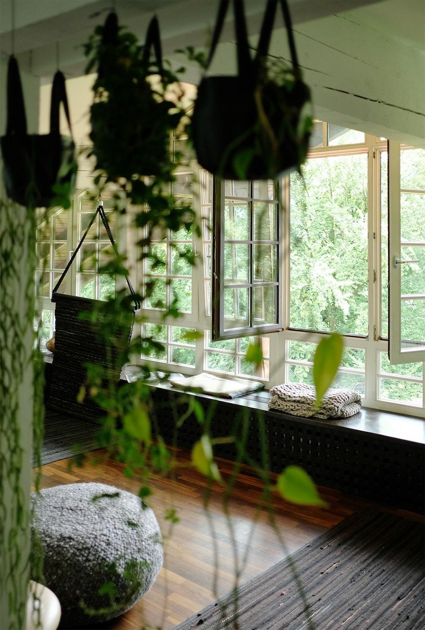 Grüner und gemütlicher geht's nicht – Window Seat mit Bergblick und viele LPJ-Textilien zum Kuscheln und Wohlfühlen