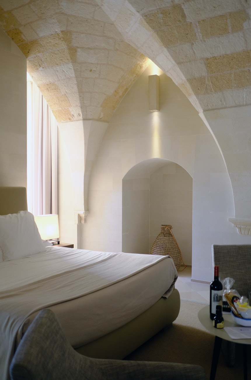 Zimmer mit Gewölbedecke und Tuffsteinwänden