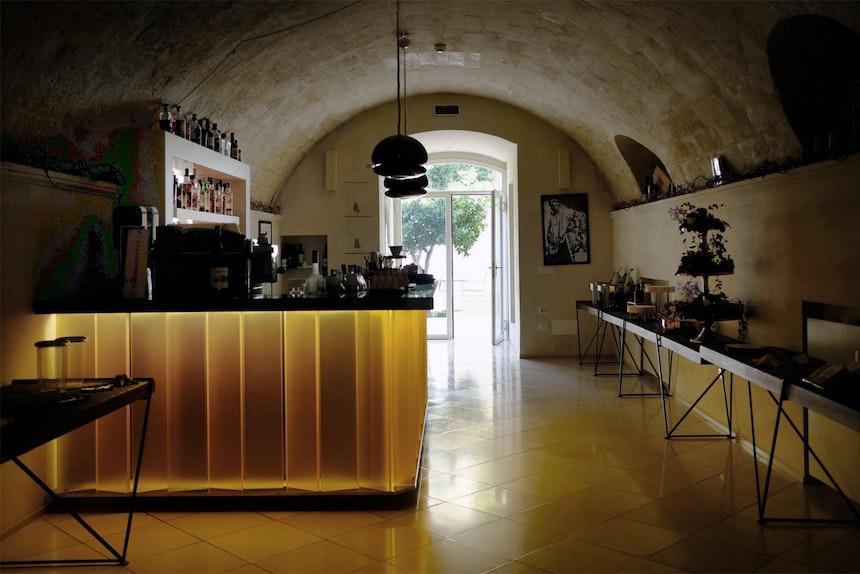 Die Bar mit Leuchten des italienischen Designers Tobia Scarpa