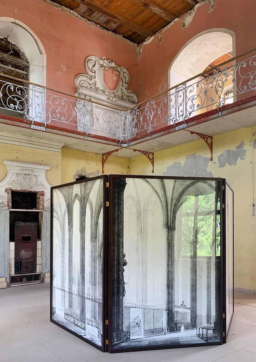 »Das ist der Dom in Coeln«, (Begehbarer und mit Spiegeln verkleideter) Paravent, Ola Kolehmainen, 2019