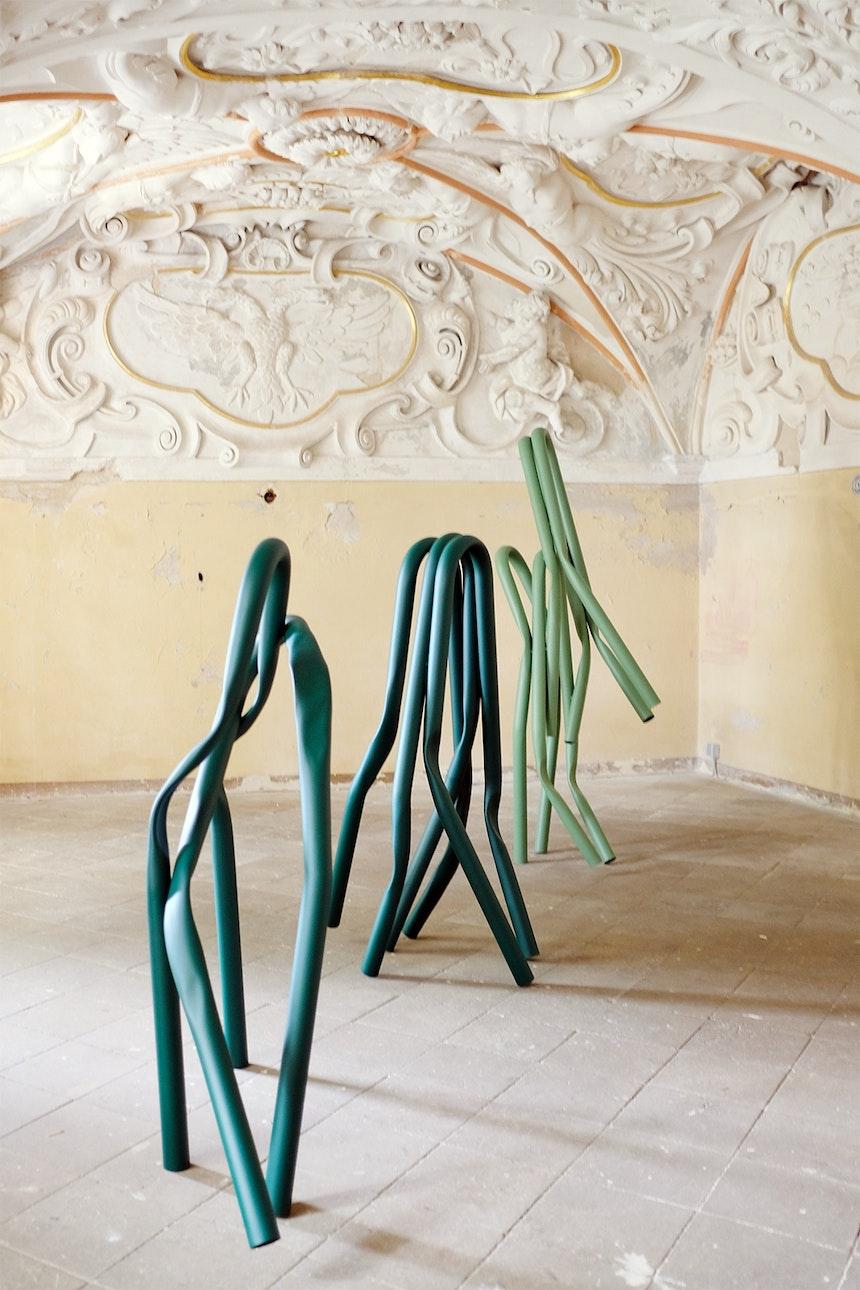 Bacchuszimmer, Kartusche mit kaiserlichem Doppeladler, »Tree Squeezer«, Baumschutzbügel, Bettina Pousstchi, 2019