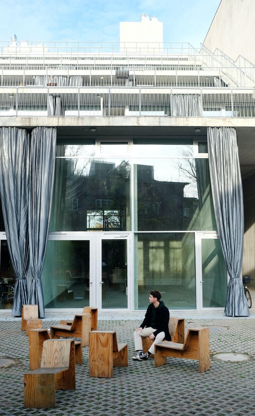 Vorhang auf für das neue Ausstellungs- und Atelierhaus – Die je 6 Meter tiefen Terrassenflächen entsprechen der versiegelten Fläche, auf der das Haus steht