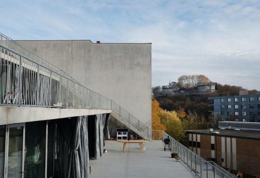 Alle Ateliers haben Nord-Süd-Ausrichtung mit Sicht auf den schräg gegenüber liegenden Park Humboldthain mit den in den 1940er Jahren errichteten Flaktürmen