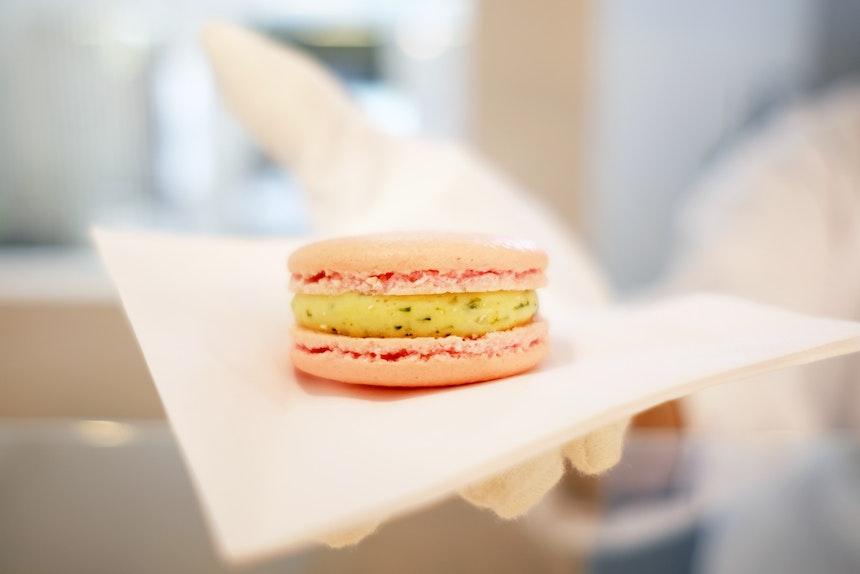 Macaron, benannt nach Lotis Geburtsstadt: »Tel Aviv« mit Grapefruit-Anis-Minze-Füllung
