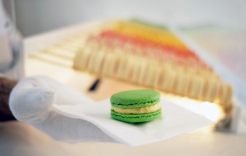 Maigrüner Macaron der Spring Collection: »Kashmar« mit Aprikosen-Pistazienfüllung