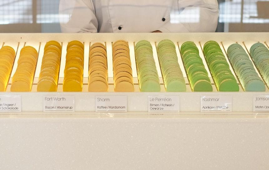 Die Macarons von Loti Pantón sind mit fünf Zentimetern Durchmesser besonders groß – So können sich die köstlichen (stets natürlichen) Aromen Biss für Biss entfalten