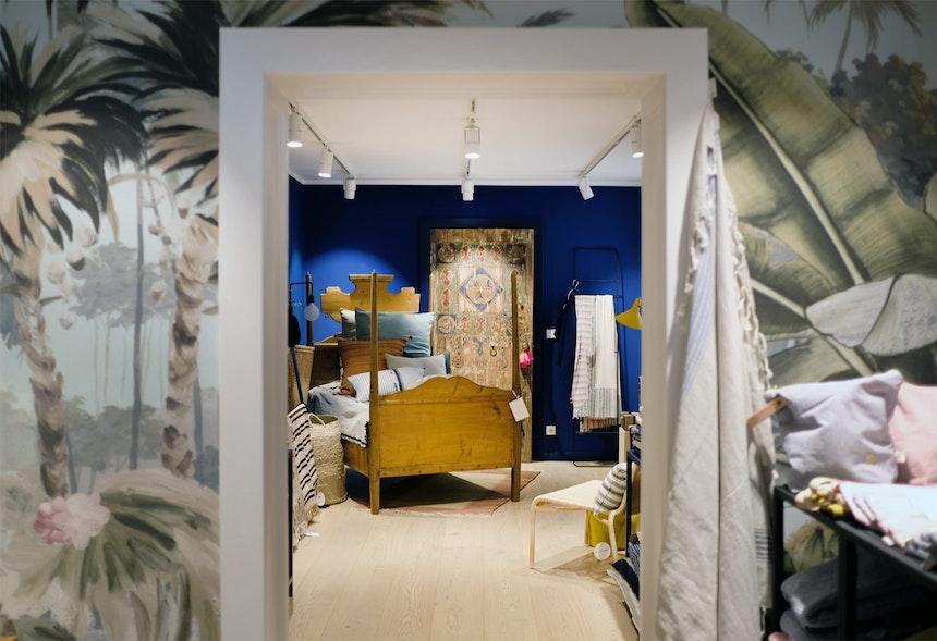 Krista hat auch viele Dinge aus Marokko mitgebracht – Das Yves Saint Laurent Blau passt perfekt zum Stil-Mix