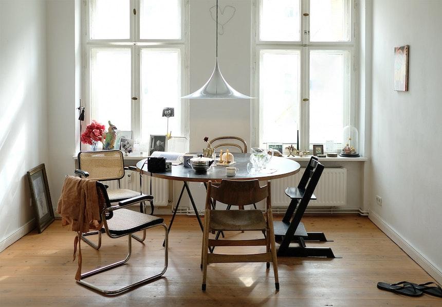Sonnig und hell – Esstisch mit Stühlen von Thonet, Eiermann & Stokke (Tripp Trapp)