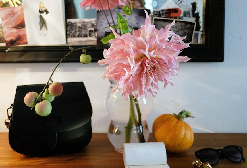 Stilleben mit Apfelzweig und Flowerpower auf der Konsole im Flur – Im Marsanogarten werden Dahliensorten gezüchtet, die es sonst im Handel nicht gibt, Glasvase »Muse«, Design Marsano in Zusammenarbeit mit Fundamental Berlin