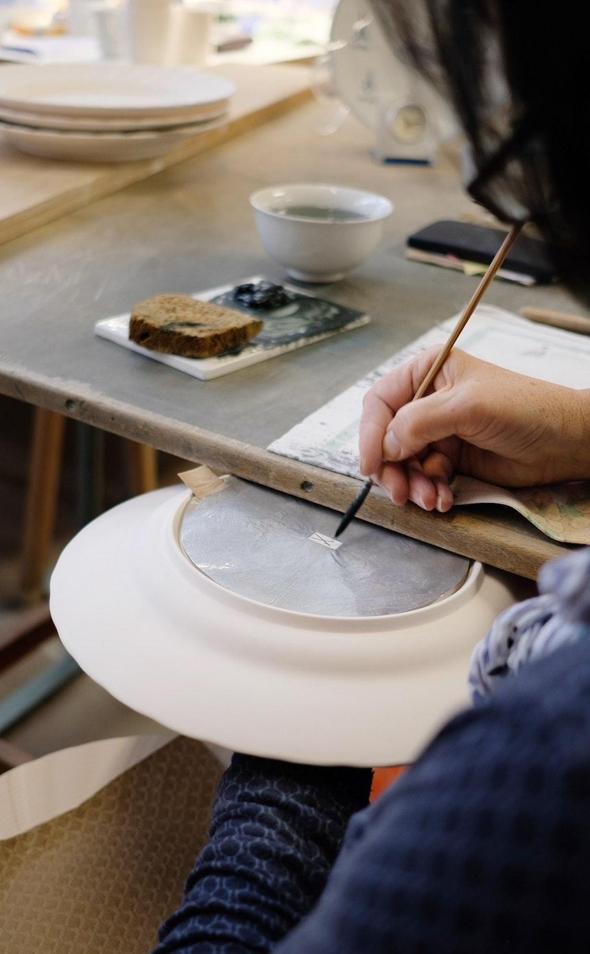 Ausgebildete »Schwerterer« bringen auf jedes Stück Porzellan per Hand das Markenzeichen, die Gekreuzten Schwerter, auf –  Seit 1722 steht es für die Echtheit und Qualität Meissener Porzellans