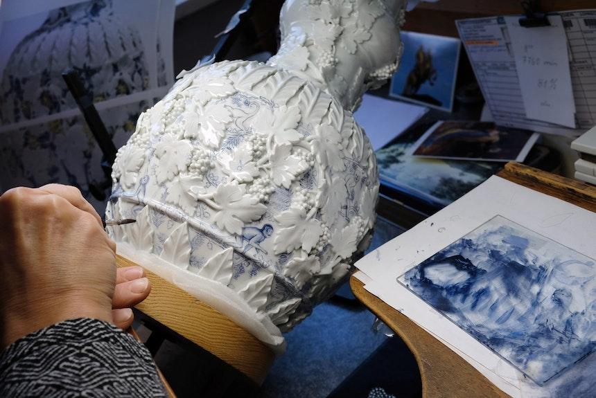 Aufglasurmalerei – Einblick in einer der zahlreichen Werkstätten der Manufaktur