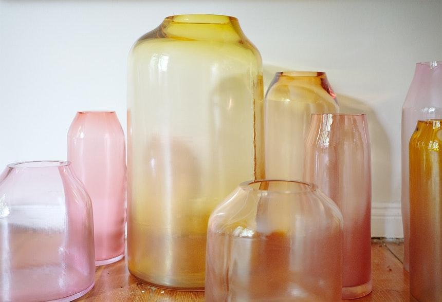 Glasdesign à la Milena Kling – Mundgeblasene Vasen der Serie »Raw« in den Farbtönen Rose, (Deep)Amber, Whiskey oder Aurora