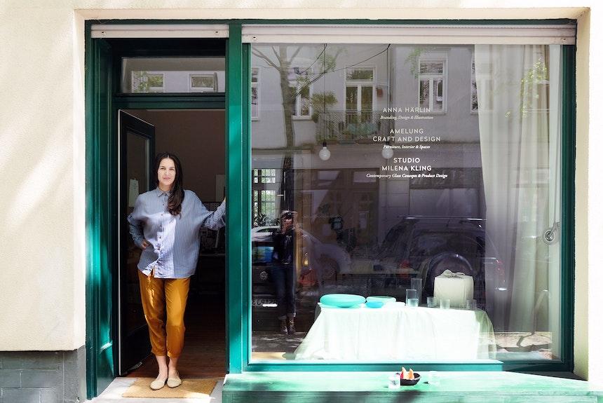 Designerin Milena Kling vor dem Berliner Showroom, den sie mit zwei anderen Kreativen (Anna Härlin & Amelung Craft and Design) teilt