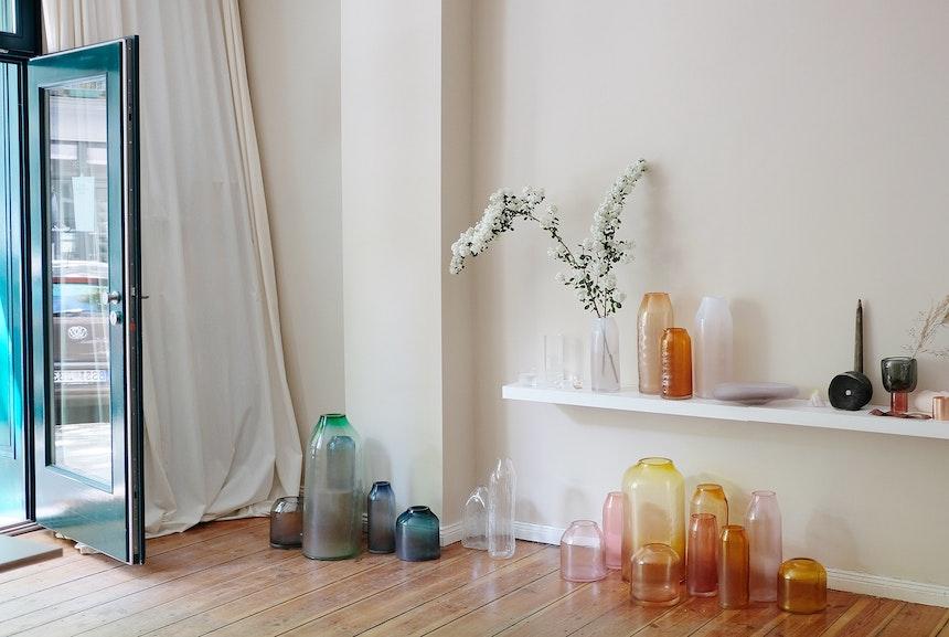 Durch das einfallende Licht im Showroom werden die Farben der Glasobjekte noch strahlender und lebendiger