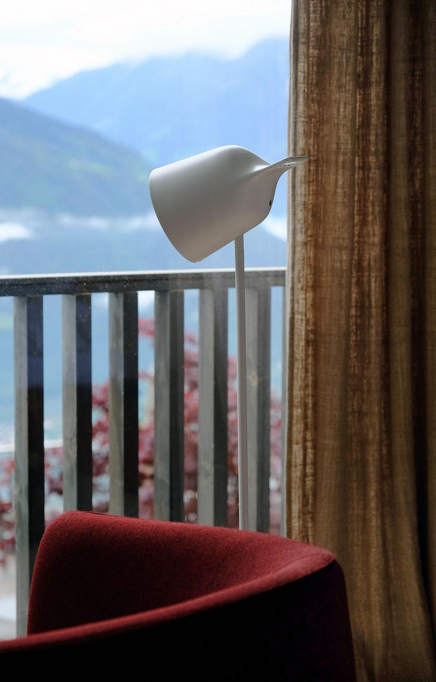 Gemütlicher Sitzplatz am Fenster – Bei diesem Ausblick kann man sich kaum auf ein Buch konzentrieren...