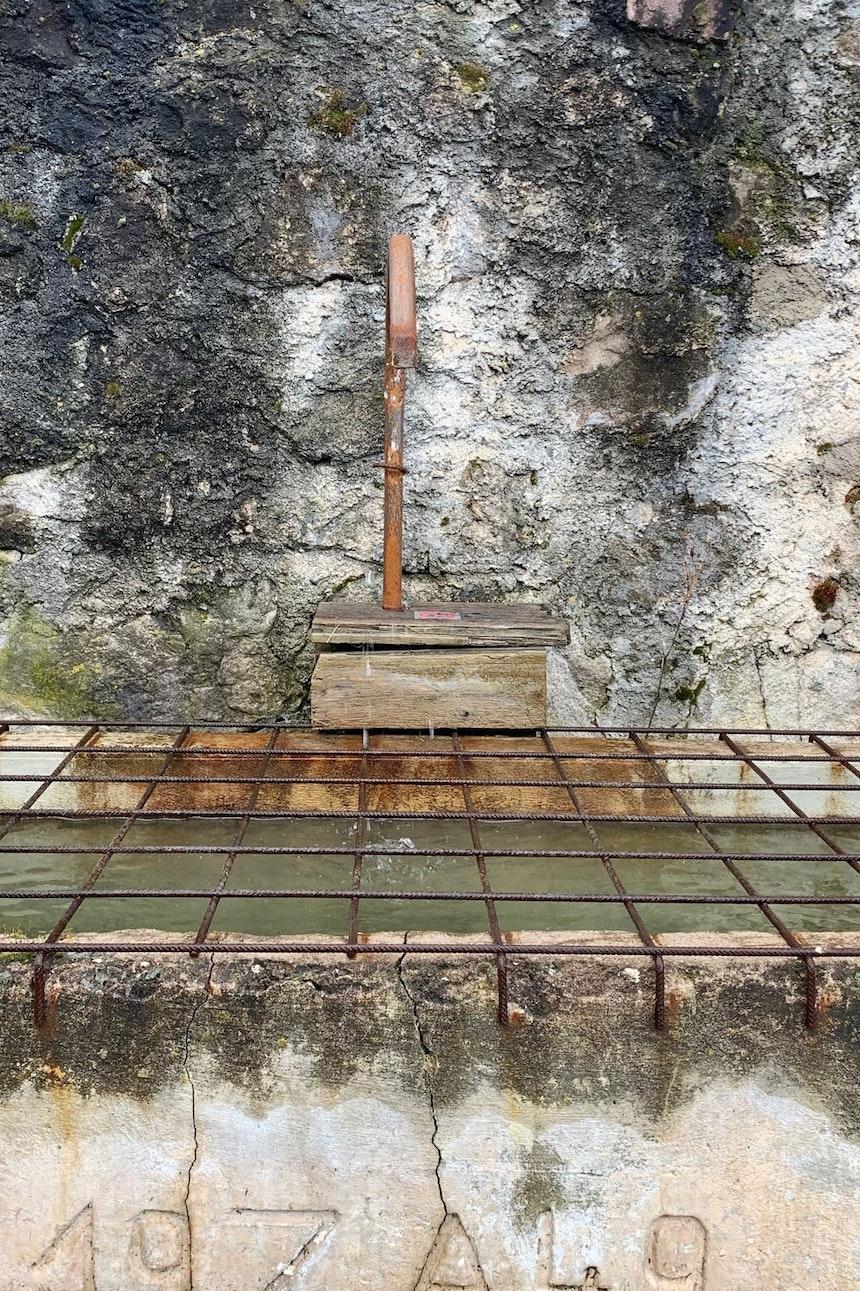 Ebenfalls aus alten Zeiten – Aus dem Brunnen gegenüber des Hoteleingangs sprudelt unentwegt frisches kaltes Quellwasser