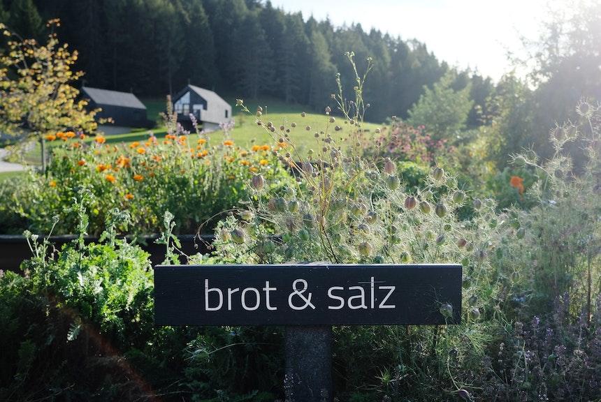 Pfösls üppige Kräuterbeete heißen »Brot & Salz«, Rauch & Segen« und »Speis & Trank«